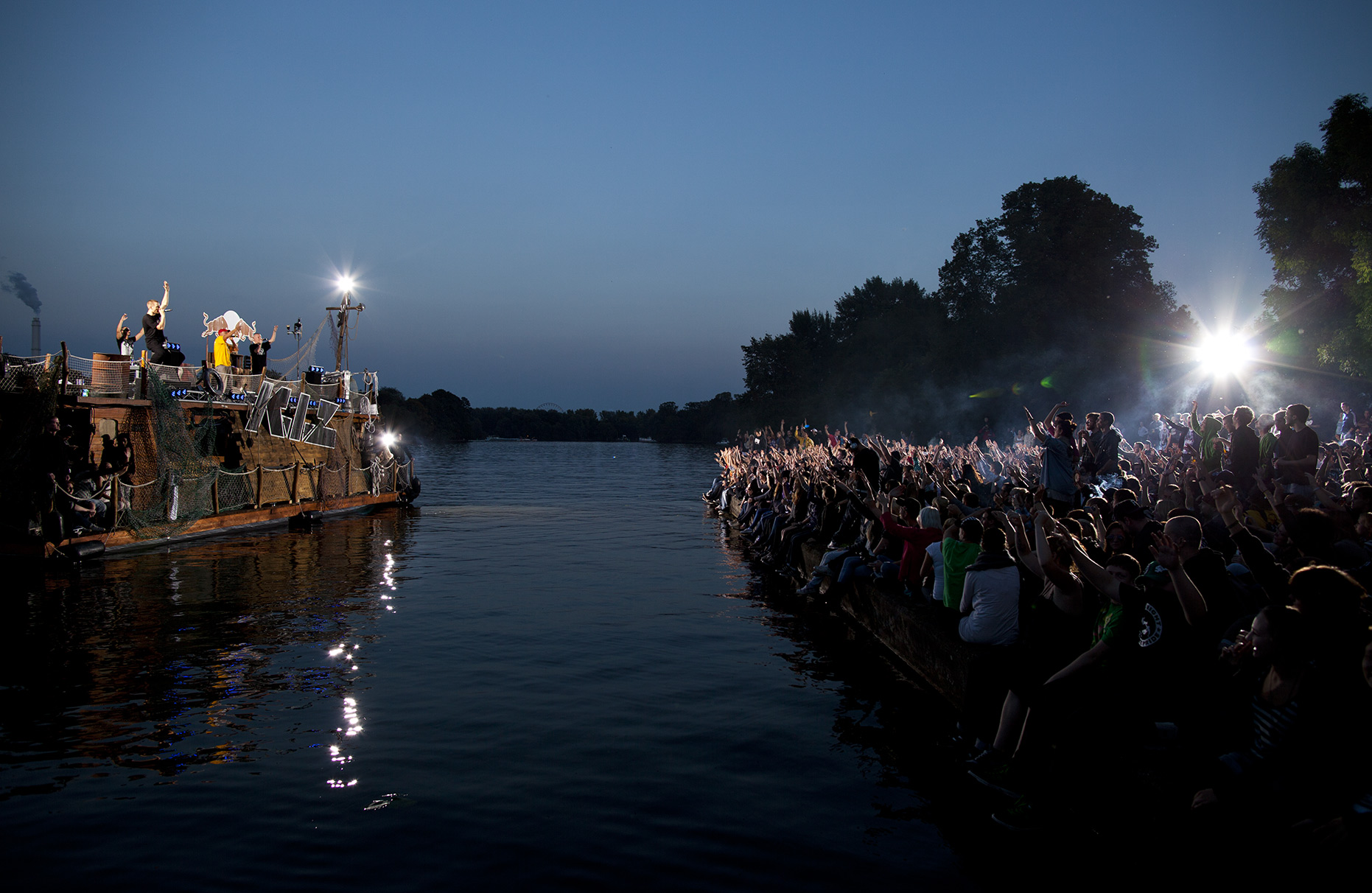 © Dirk Mathesius, K.I.Z. performs at the RedBull Guerilla Boat, Berlin, Treptower Park, Spree